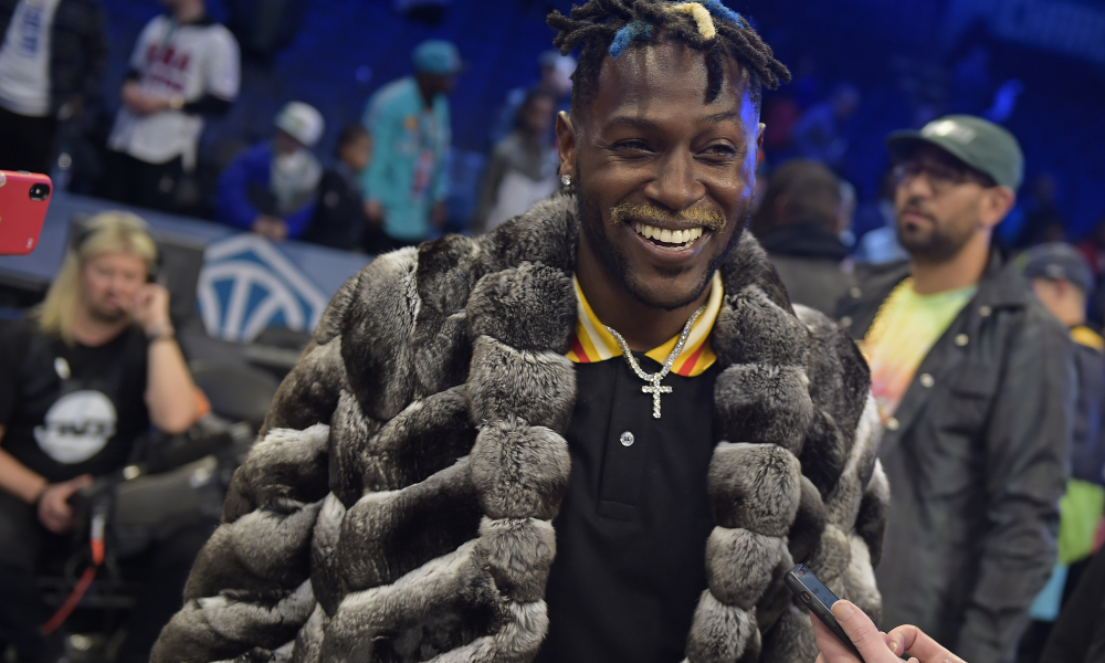 Read more about the article Antonio Brown Signs with New Agent